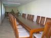 stoly-i-krzesla-w-sali-konferencyjnej